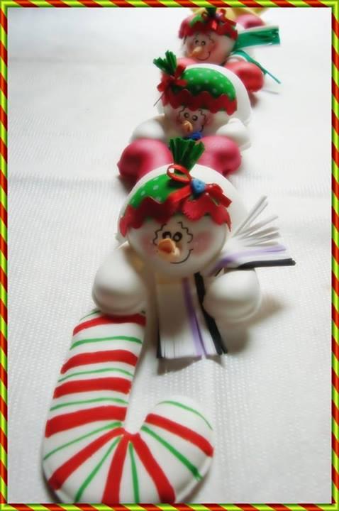 Adorno de puerta tr o de mu ecos de nieve manualidades for Arreglo para puertas de navidad