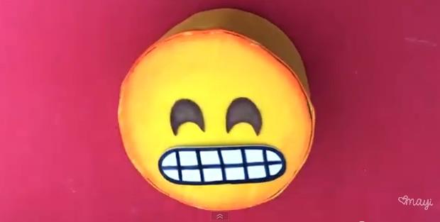 Alcancia con forma de emojis de goma eva 12