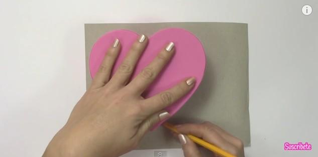 Caja de goma eva con forma de corazon 8