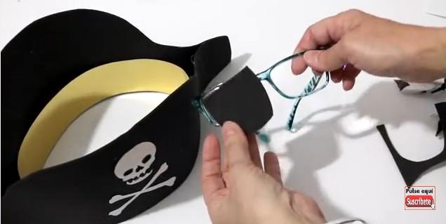 Sombrero y parche de pirata en goma eva 10