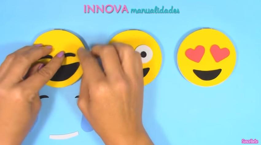 Cuaderno de emojis en goma eva 10