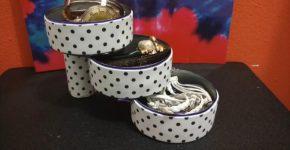 Organizador con latas de atun decoradas con goma eva